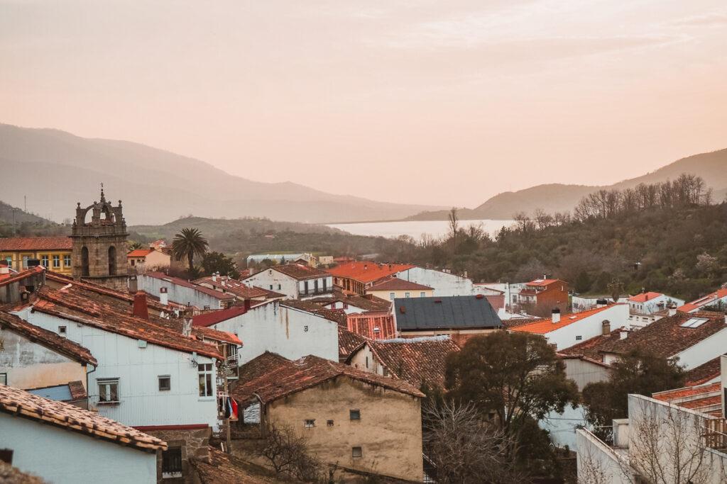 Vistas del pueblo de Baños de Montemayor al atardecer