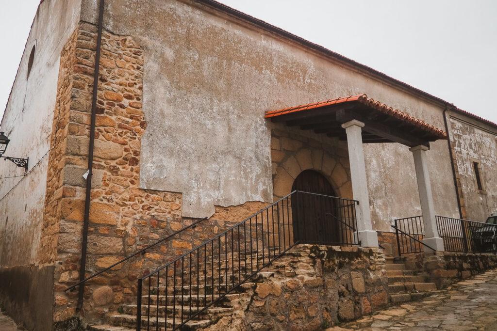 Entrada a la Iglesia de San Juan Bautista en Segura del Toro