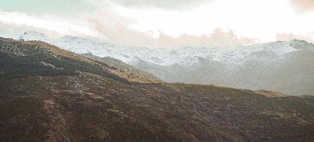 Vistas de las montañas desde el corral de los lobos en La Garganta