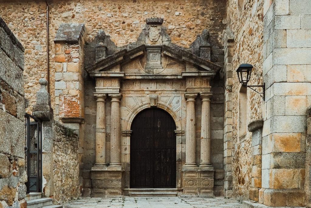 Portada de la Iglesia de Santa María de Aguas Vivas en Hervás