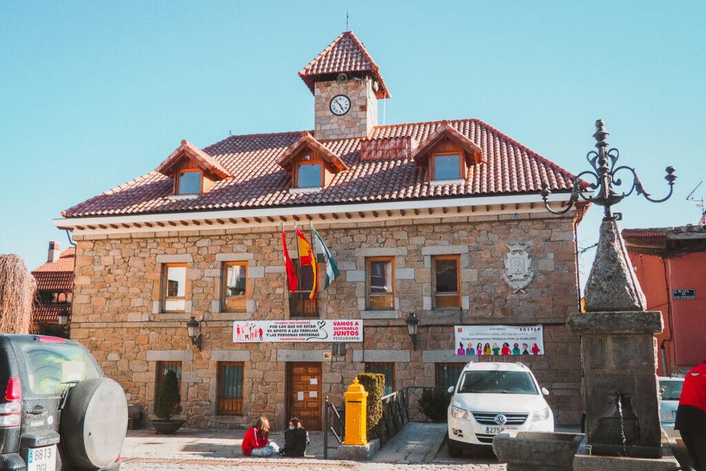 Ayuntamiento de Navacerrada en la Plaza de los Ángeles